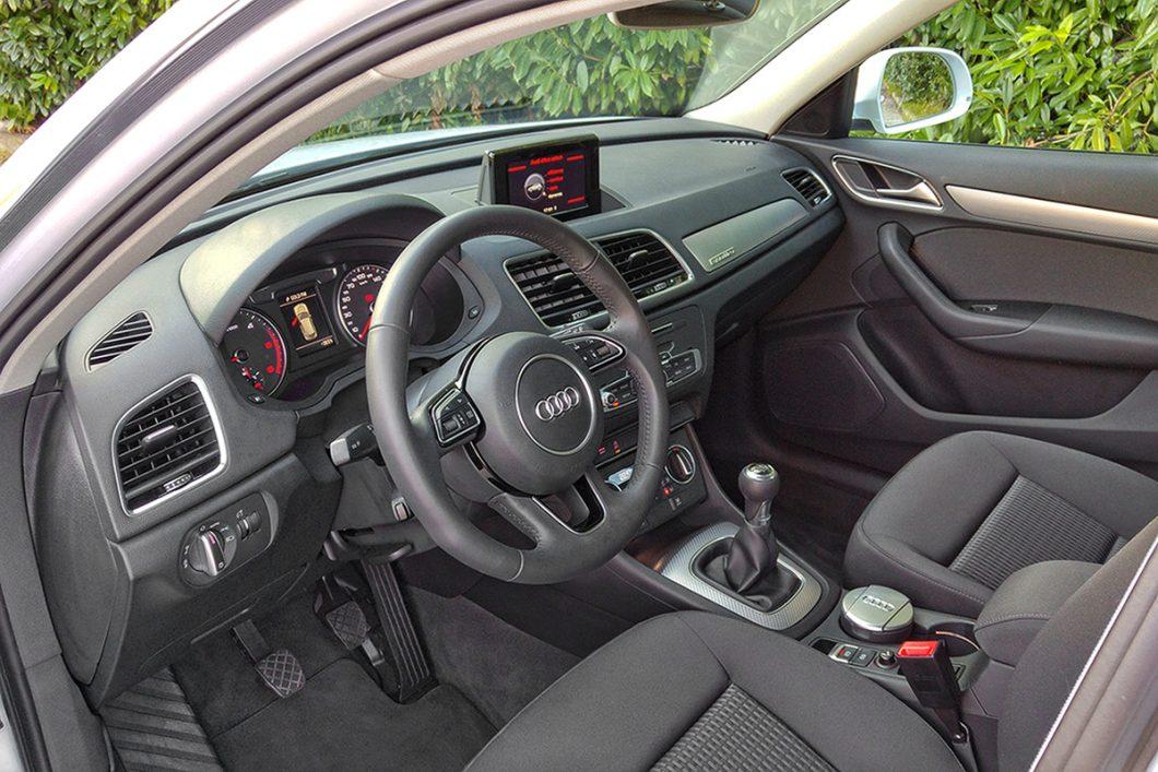 Sportski trokraki obruč upravljača obložen kožom s komandama sustava Audi Sound i svih ostalih info sustava, ojačan je odličnim Servotronicom. Premda bogata opremom, unutrašnjosti bi ostavljala bolji dojam bez presvlaka od sive tkanine