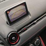 Stražnja kamera za pomoć prilikom parkiranja serijski je detalj paketa opreme Revolution. Crveni umeci oko otvora ventilacije donekle smanjuju monoton dojam tamne plastike na prednjoj armaturi