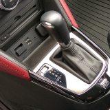 Automatski mjenjač sa 6 stupnjeva prijenosa jedan je od zabavnijih detalja ovog automobila. Izmjene stupnjeva moguće su i polugama smještenim uz upravljač