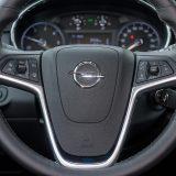 """Neobično je da se Opel u faceliftu Mokke nije """"riješio"""" ovog glomaznog i estetski ne odveć uspjelog upravljača te ga zamijenio onime nove Astre"""