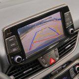 Pri manevriranju će od pomoći biti parkirni senzori te kamera za vožnju unatrag, kao i sustav upozorenja na bočni promet otraga