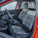 Osim što ne pružaju dovoljnu potporu tijelu, prednja sjedala pri vrhu naslona imaju rub jastuka koji vas može žuljati ako ste tanko obučeni. Ipak, pozitivno je što se sjedi niže nego li u prethodne dvije generacije modela C3