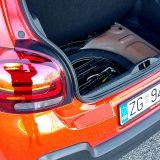 Rezervni kotač za privremenu uporabu smješten je, zajedno s nešto osnovnog alata, ispod podnice prtljažnika