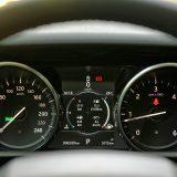 U današnjem svijetu digitalizacije neki bi instrumentnu ploču s analognim instrumentima mogli percipirati kao zastarjelu u vozilu s cijenom većom od 100.000 Eura. S druge strane, zacijelo je velik broj onih, i to upravo među poklonicima Land Rovera, koji preferiraju upravo ovakvo jednostavno i lako pregledno rješenje s više no informativnim središnjim zaslonom