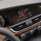U serijsku opremu spadaju i automatski 2-zonski klima uređaj te Bluetooth povezivost kao i jedan USB priključak. Zaslon infotainment sustava ima dijagonalu od 16,5 cm