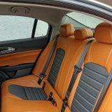 S dosta nagnutim sjedalnim dijelom i naglašeno profiliranim oblikom, stražnja sjedala nude vrhunsku udobnost. Prostora za koljena ima u izobilju, no ipak, ovo je automobil međuosovinskog razmaka od solidnih 2820 mm