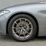 Na testiranoj su Giuliju bile postavljene michelinove gume Primacy 3 dimenzija 225/50 R 17. Čekajte! Michelin??? Uz Alfu bi smo očekivali Pirelli, no izvrsna usklađenost svih komponenti podvozja pokazuje kako ovo možda i nije loša ideja