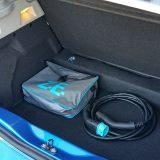 Kabel za priključivanje na punionicu serijski je dio opreme. Dodatak, pak, predstavlja kabel Flexi (u torbi) namijenjen za punjenje na kućnoj utičnici