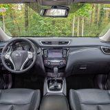 Ponuda prostora sprijeda je poprilična, a preglednost izvan vozila sasvim solidna sprijeda i otraga. Cijela prednja armatura djeluje skladno, kvalitetno i robusno