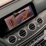 Kamera za pomoć pri vožnji unatrag ima poklopac kako bi stalno ostala čistom. Parking paket s 360° kamerom također je dio serijske opreme ovog automobila
