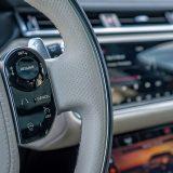 Na desnoj strani višenamjenskog upravljača nalaze se kontrole tempomata, limitatora brzine i sustava za upozorenje o nenamjernoj promjeni vozne trake, a tu je i prekidač za grijanje obruča upravljača