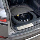 Ispod podnice prtljažnika smješten je rezervni kotač, a po njegovim gornjim rubovima četiri praktične otklopive kuke za stvari. Tu je i jedna 12V utičnica
