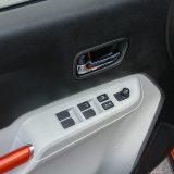 Elektropodizači svih prozora su tu, no ipak, samo je onaj kod vozača automatski. Pretinac u vratima bez problema će primiti  bocu vode, a mjesta za ostavu manjih predmeta ne manjka