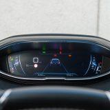 i-Cockpit se već dokazao, no u modelu 5008 se doista visoko sjedi pa obruč upravljača treba podići što je više moguće. Digitalna instrumentna ploča ima prilagodljivi izgled