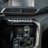 Kako je već i uobičajeno kod današnjih automobila, na vrhu središnje konzole smjestio se infotainment sustav, ovdje s 8-inčnim zaslonom