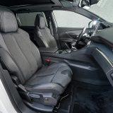 Raskošno dimenzionirana prednja sjedala izvedena su u kombinaciji dvije vrste tkanine i kože. U okviru dodatne opreme, oba su grijana