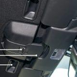 Otvaranje krova jednom rukom karakterističan je detalj koji ukazuje na praktičnost i jednostavnost Mazde MX-5. Uostalom, električni bi krov samo pokvario purističku priču. Krov se otvara pomicanjem sigurnosnog gumba (a), povlačenejm poluge (b) te ga se pogurne prema natrag ručicama (c)