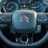 Četvrtasti oblici sa zaobljenim uglovima svojevrstan su estetski simbol novijih Citroëna. Lijevo iza obruča upravljača vidljive su komande tempomata i limitatora