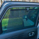 Mrežica na stražnjim prozorima pružit će dodatnu zaštitu od sunca ili povećanu privatnost putnicima. Mrežica se, dakako, uvlači u vrata