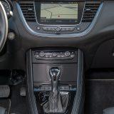 Na vrhu središnje konzole smjestio se 203-milimetarski zaslon infotainment sustava IntelliLink 5.0 Navi koji spada u dodatnu opremu ovog automobila. Sigurnost, pak, podupire sustav autonomnog kočenja koji radi u sprezi s kamerom Opel Eye