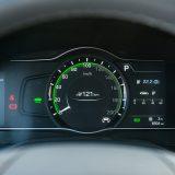 Pored prikaza autonomije odnosno dosega vozila te par sitnih detalja malo što će vas toga podsjetiti na to da se nalazite u električno pokretanom vozilu