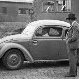 Ferdinand Porsche snimljen 1937. pokraj volkswagenovog prototipa W30