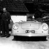 Ferry Porsche (u sredini), Ferdinand Porsche (desno) i Erwin Komenda, glavni dizajner VW Bube, 1948. godine pokraj modela 356 No. 1 u Gmündu