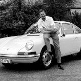 Ferdinand Alexander (Butzi) Porsche s izvornim modelom 911 kojeg je dizajnirao (1963.)