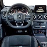 A klasa nudi vrhunsku ergonomiju i jednako tako, vrhunski uređen interijer. Testirani je automobil uz paket opreme WhiteArt Edition imao doista bogato uređen interijer s kombinacijom kože, Alcantare i aluminijskih umetaka
