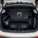 """Prtljažnik nudi obujam između 430 i 1520 litara, no s preklapanjem naslona u podnici ostaje """"stepenica"""". Desno se nazire subwoofer s potpisom Beats Audio"""