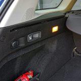 Poluga za preklapanje naslona stražnjih sjedala dobrodošao je detalj. Također, od praktičkih sitnica u prtljažniku su i kuke za pričvršćivanje tereta te 12V utičnica