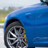 Testirana Giulia Veloce je serijski opremljena pneumaticima dimenzija 225/45 R 18 sprijeda i 255/40 R 18 otraga