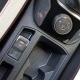 U modelu poput T-Roca električna parkirna kočnica se podrazumijeva, a odmah do nje je i kružni kontroler za odabir načina rada pogonskog sustava, ovisno o  podlozi i vremenskim uvjetima. Sustav Auto Hold je više nego li dobrodošao