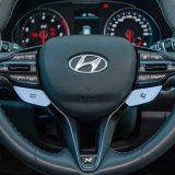Obruč upravljača je oblikovan kao i u svakom drugom Hyundaiju i30, ali ovdje ima značajan dodatak u obliku dvije posebne tipke za regulaciju raspoloživih načina rada pogonsko-prijenosnog sklopa i podvozja