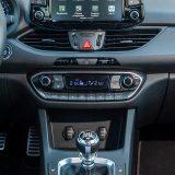 Navigacija dolazi s integriranim 8-inčnim dodirnim zaslonom putem kojeg je moguće pratiti i izuzetno bogate opcije podešavanja motora, ovjesa, ispuha...