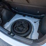 Ispod podnice prtljažnika krije se rezervni kotač s manjenih dimenzija