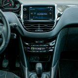 Središnjom konzolom dominira zaslon infotainment sustava s Bluetooth podrškom za mobilni telefon. U prostoru ispred ručice mjenjača nalaze se 12V utičnica te USB i AUX priključci
