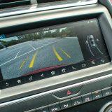 Bogata oprema posebne izvedbe First Edition uključuje i kameru za pomoć pri parkiranju sa zakretnim vodilicama. Očekivano, tu su i navigacija, Bluetooth, 2-zonska automatska klima...