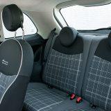 Fiat 500 je predviđen za četiri osobe. Zanimljivo je da se na stražnja sjedala ulazi relativno lako, bez obzira na doista kompaktne dimenzije ovog mališana
