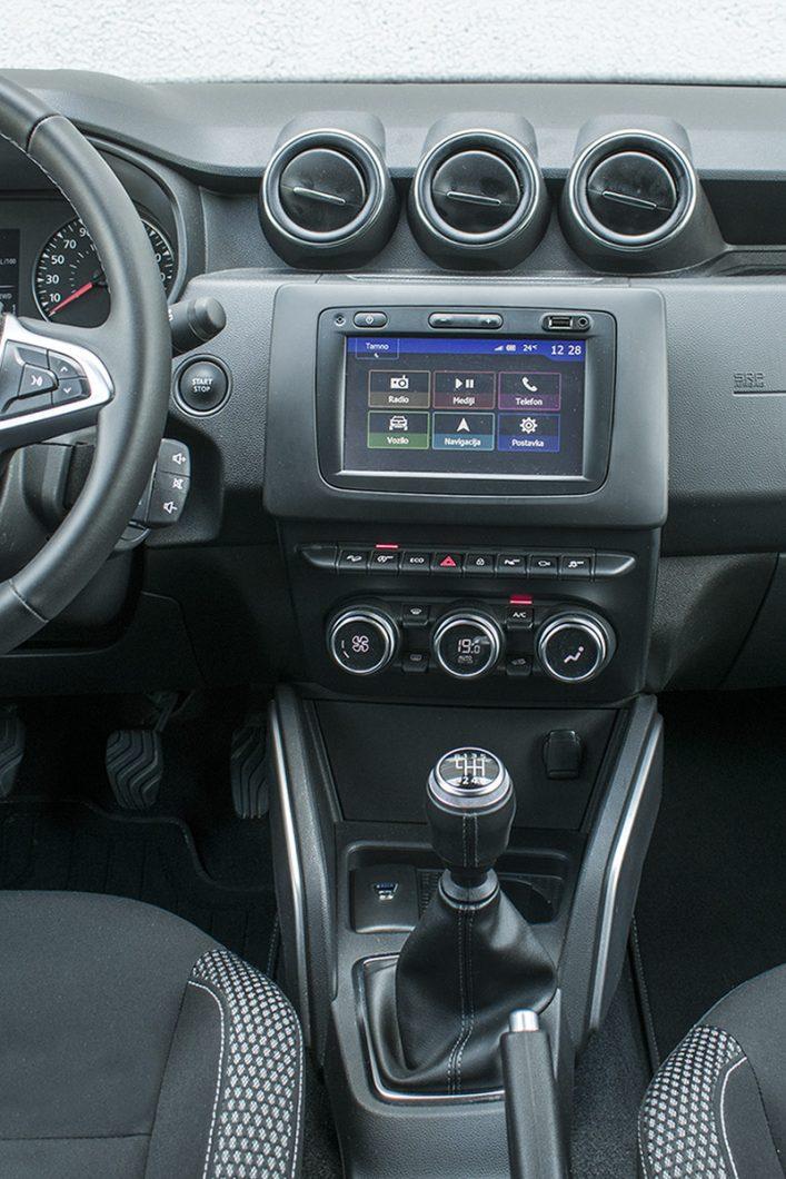 Povišeni položaj središnjeg zaslona osjetno olakšava njegovo korištenje, a predstavlja i sigurnije rješenje jer vozač sada ne treba pretjerano skretati pogled s ceste. Također, okrenut je prema vozaču što je samo dodatni plus