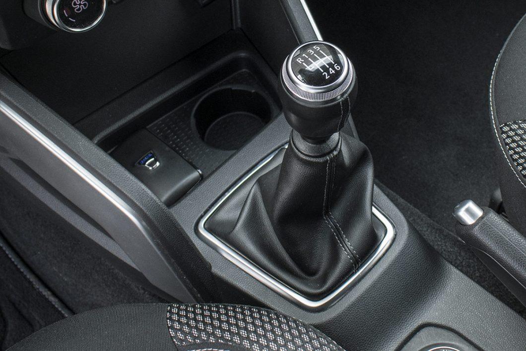 Testirani je automobil bio opremljen 6-stupanjskim ručnim mjenjačem kojem ponešto nedostaje preciznosti, no sve u svemu zadovoljavajuće je rješenje za Duster. Ono što bi vozačima koji nisu upoznati s Dusterom moglo zasmetati je činjenica kratkih prijenosnih omjera, posebice prvog stupnja pa vozač neće pogriješiti i ako s mjesta krene iz druge brzine
