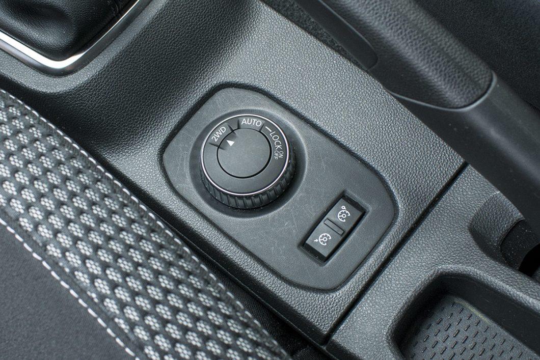 Dusterov sustav pogona na sva četiri kotača vozaču nudi izbor između tri načina rada 2WD, Auto (prema potrebi automatski prebacuje moment na stražnju osovinu) i Lock za tzv. zaključavanje pogona na sva četiri kotača. Uz selektor pogona se nalaze i prekidači tempomata i limitatora