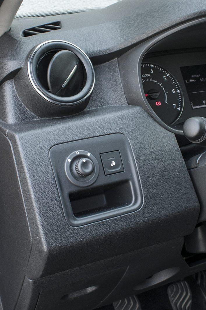 Bočni retrovizori su električno pomični i grijani, a vozaču će pomoć prilikom upravljanja nuditi i sustav upozorenja na vozila u tzv. mrtvom kutu kojeg je moguće isključiti putem prekidača desno