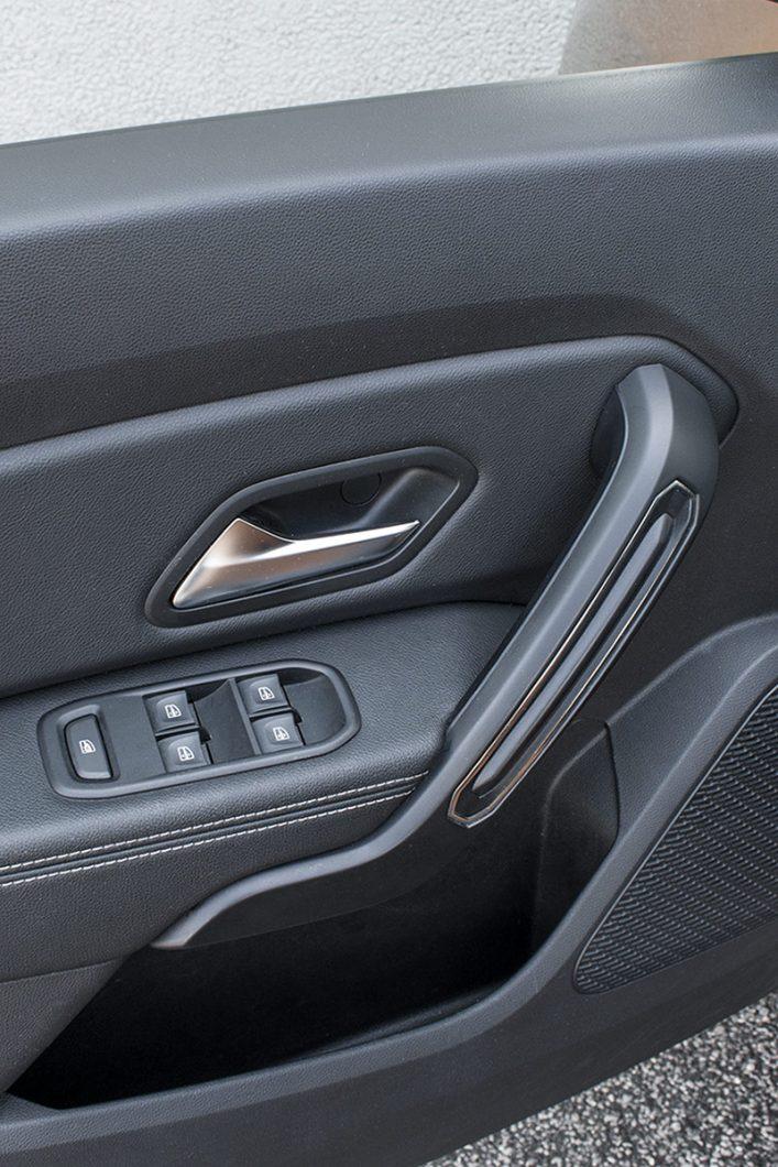 Sva četiri prozora su električno pomična, a vozač ima i mogućnost blokiranja stražnjih prozora