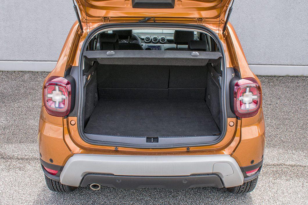 Zapremina prtljažnika iznosi sasvim dovoljnih 411 dm3 l, a stražnja je klupa preklopiva u omjeru 2:3. Preklapanjem naslona ukupni će obujam prtljažnog prostora narasti na 1478 dm3. Negdje pokraj desnog bočnog prozora nalazi se neobično smještena 12V utičnica