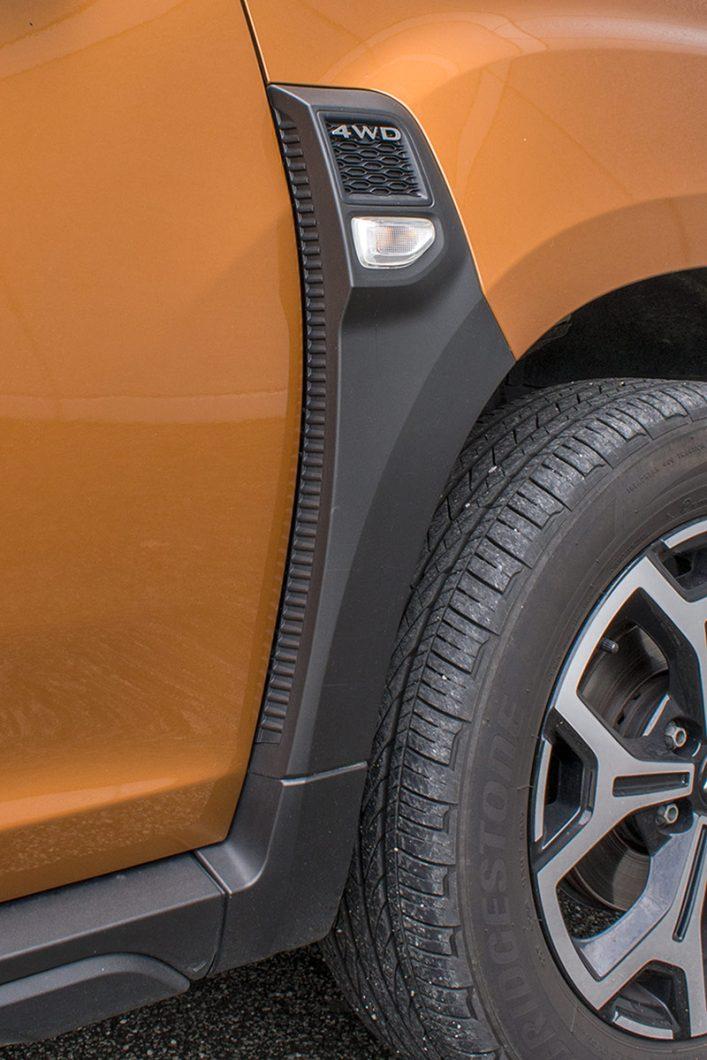 Vizualno zgodan detalj lažnih otvora za hlađenje s integriranim pokazivačem smjera i natpisom 4WD upotpunjuje bočne linije novog Dustera
