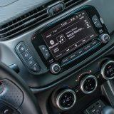 Infotainment Uconnect se temelji na 5-inčnom dodirnom zaslonu s navigacijom, Bluetooth podrškom za telefoniranje i streaming glazbe, AUX i USB priključcima te utorom za SD karticu
