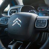 Višenamjenski obruč upravljača je dovoljno komunikativan i precizan za namjenu samog vozila. Pored jasno vidljivih prekidača na njemu, treba istaknuti i kako se iza njega nalaze komande tempomata te limitatora brzine