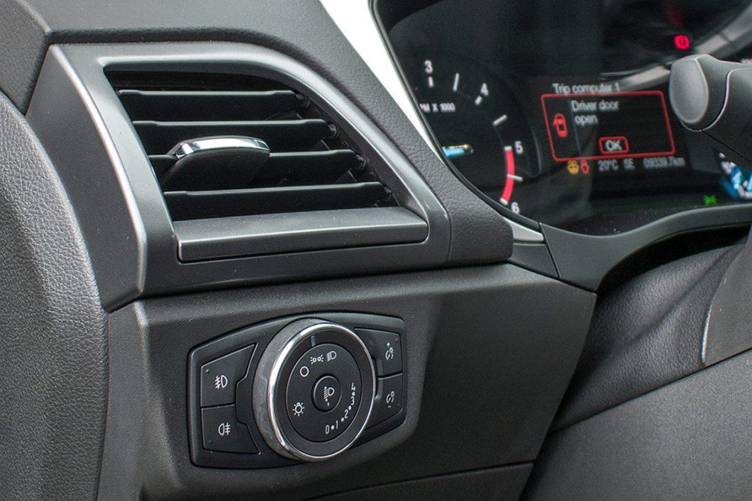 Testirani Mondeo je opremljen prednjim i stražnjim svjetlima za maglu, a vozači mogu podešavati osvijetljenost instrumentne ploče te visinu svjetlosnog snopa prednjih svjetala