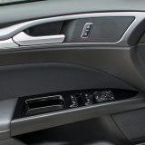Kako i dolikuje poslovno obiteljskoj limuzini iz D segmenta testirani je Mondeo bio opremljen električno pomičnim prozorima (otvaranje/zatvaranje jednim dodirom) sprijeda i otraga te električno podesivim i grijanim retrovizorima